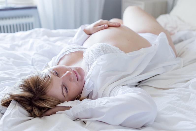Gravidfotografering Norrköping – gravidbilder hemma