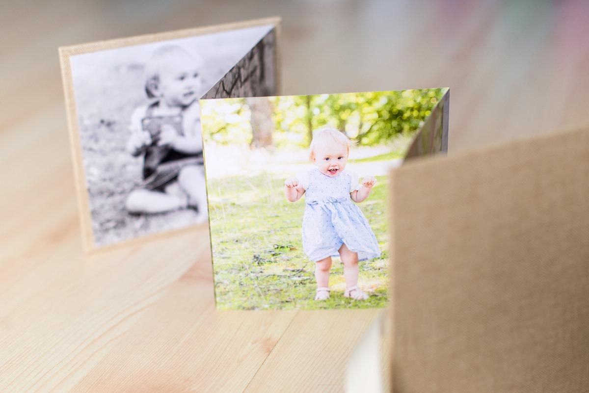 Levererade fotoalbum med familjebilder