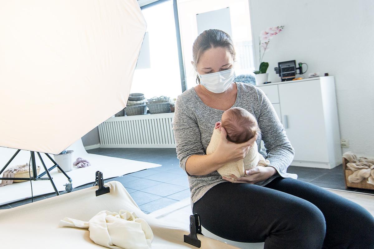 Boka en nyföddfotografering under coronapandemin – är det verkligen säkert?